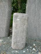 H 105 Stele Halmstad Bossiert 28x28x75cm